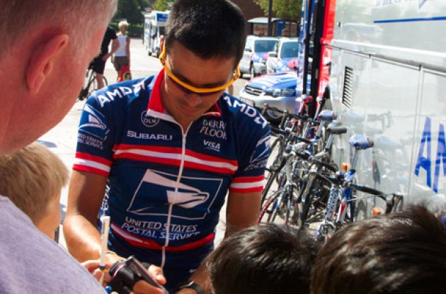 Victor Hugo Pena signed quite a few autographs in Odense. Photo copyright Roadcycling.com.