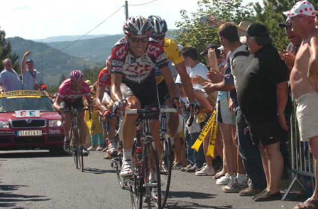 Basso and Armstrong pulls away from Ullrich. Photo copyright Fotoreporter Sirotti.