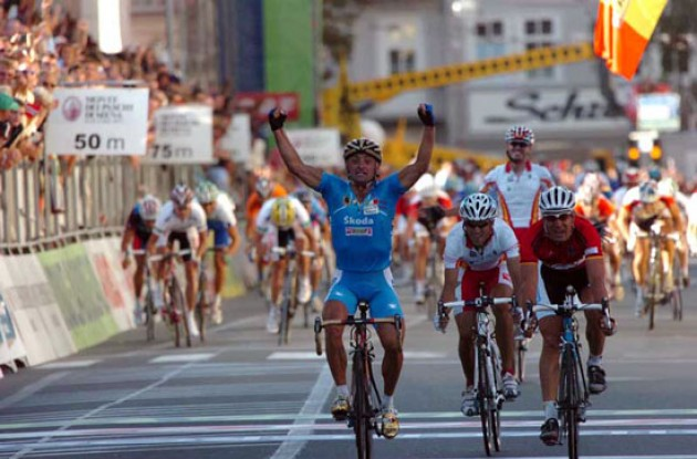 Bettini is the new World Champion! Congrats from all of us here at Roadcycling.com. Photo copyright Fotoreporter Sirotti.