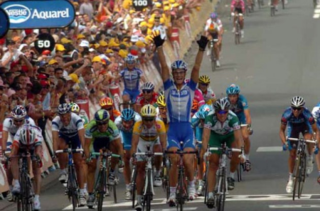 Tom Boonen takes the win ahead of Thor Hushovd (right). Photo copyright Fotoreporter Sirotti.