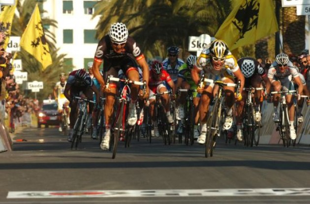 Haussler and Cavendish pushing hard on their way towards the finish line in San Remo. Photo copyright Fotoreporter Sirotti.