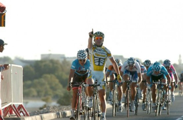Mark Cavendish (Team Columbia - High Road) wins in Qatar.