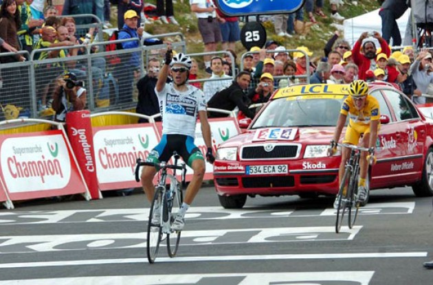 Alberto Contador wins ahead of Michael Rasmussen. Photo copyright Fotoreporter Sirotti.