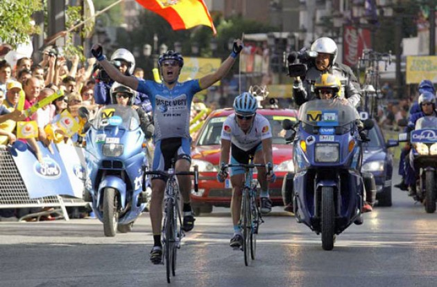 Tom Danielson (Discovery Channel Cycling Team) wins as Vinokourov takes the overall lead from Valverde. Photo copyright Fotoreporter Sirotti.