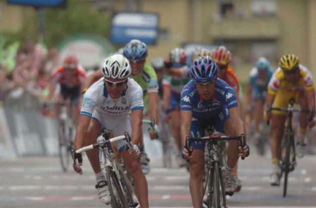 Di Luca beats Cunego on the line. Photo copyright Fotoreporter Sirotti.