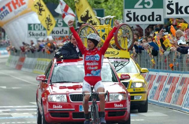 Stefano Garzelli (Acqua & Sapone) rides to victory.
