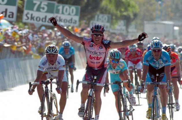 Robbie McEwen takes the stage win.