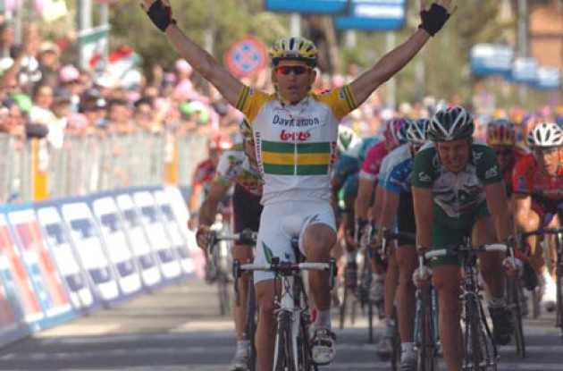 Robbie McEwen takes the win ahead of Kirsipuu. Photo copyright Fotoreporter Sirotti.
