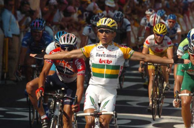 Robbie McEwen takes his 3rd win i nthe 2005 Tour de France. Photo copyright Fotoreporter Sirotti.