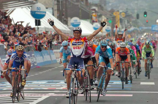 Robbie McEwen (Davitamon-Lotto) takes the win. Photo copyright Fotoreporter Sirotti.