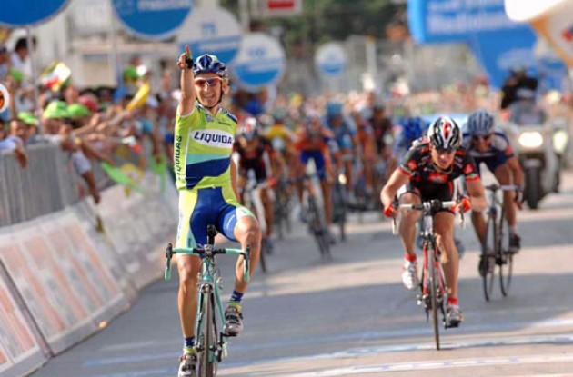 Pellizotti takes the stage win. Photo copyright Fotoreporter Sirotti.
