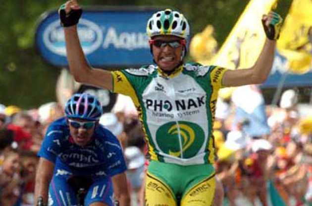 "Oscar ""Perrier"" Pereiro (Phonak) takes the stage win. Congrats to Oscar from all of us at Roadcycling.com! Photo copyright Fotoreporter Sirotti."