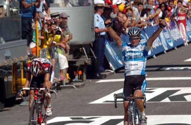 Paolo Savoldelli takes the win ahead of Norway's Thor Hushovd. Photo copyright Fotoreporter Sirotti.