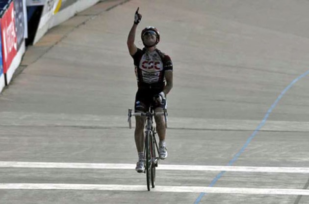 Stuart O'Grady (Team CSC) wins the 2007 Paris-Roubaix.