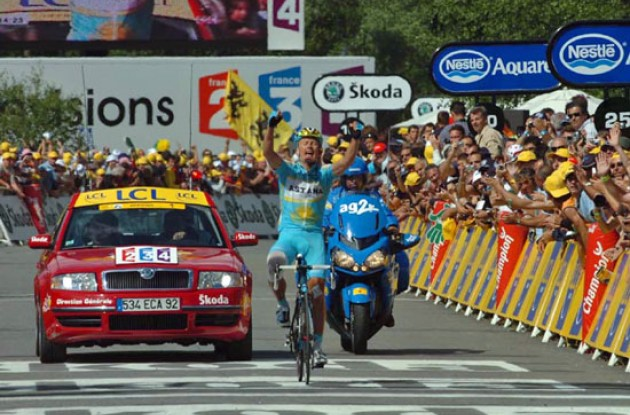 Vinokourov takes the stage win. Photo copyright Fotoreporter Sirotti.