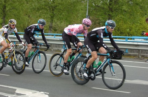 Bradley Wiggins guarded by his Team Sky crew. Photo copyright Fotoreporter Sirotti.