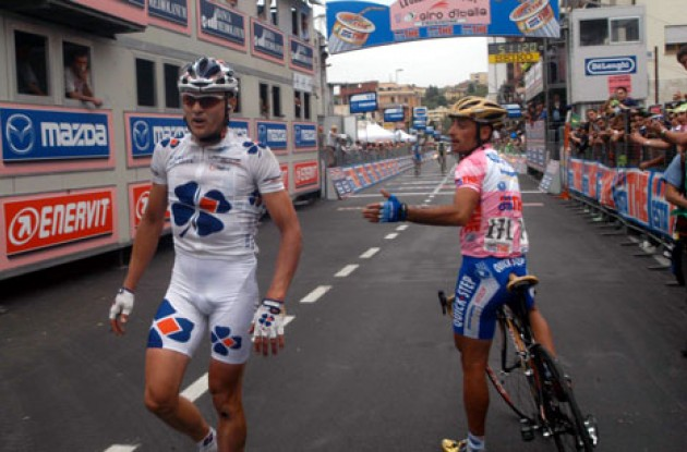 Bettini tries to apologize to Cooke. Sooorry! Photo copyright Fotoreporter Sirotti.