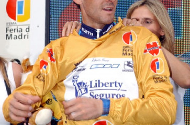 Roberto Heras. Hey, I wanna keep my yellow jersey! Photo copyright Roadcycling.com.