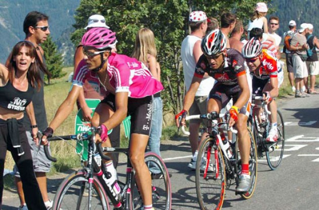 Klöden, Pereiro and Evans climb. Photo copyright Fotoreporter Sirotti.