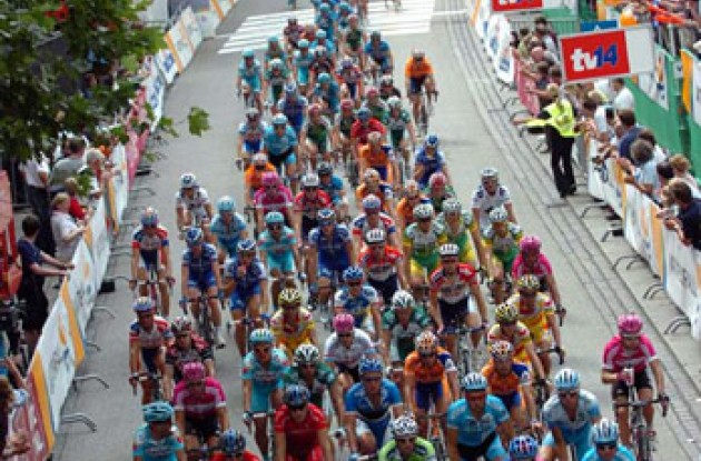 Peloton rolls through Hamburg. Photo copyright Fotoreporter Sirotti.