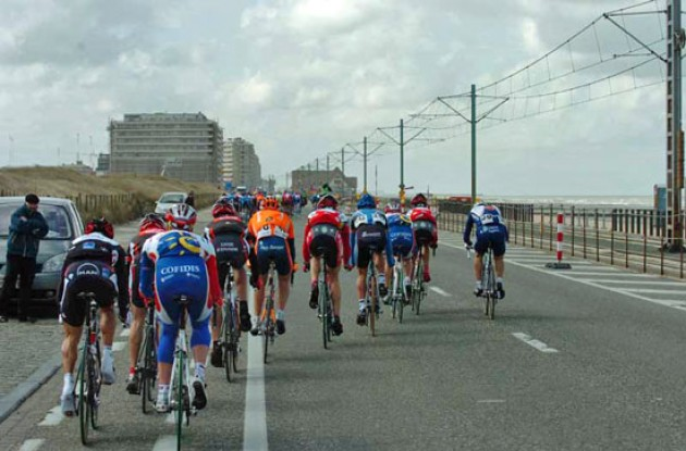 Peloton. Photo copyright Fotoreporter Sirotti.
