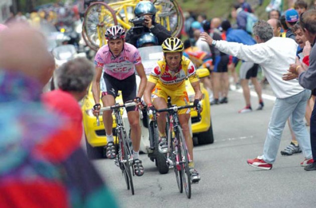 Simoni vs. Basso. Photo copyright Fotoreporter Sirotti.