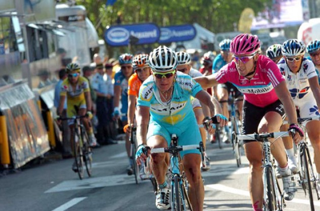 Vinokourov crashed and lost more than a minute.