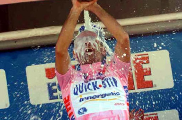 Bettini grabs a champagne shower. Forgotten about Cooke already? Photo copyright Fotoreporter Sirotti.