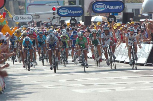 Bunch sprint. Photo copyright Fotoreporter Sirotti.