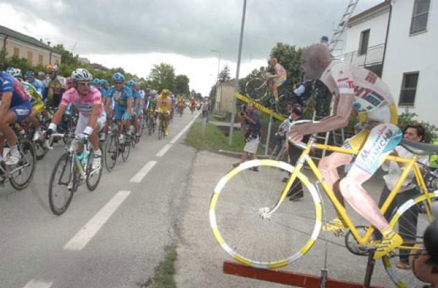 Ciao Di Luca. Ciao Pantani. Photo copyright Fotoreporter Sirotti.
