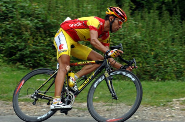Garate cornering. Notice the injury on his right knee. Photo copyright Roadcycling.com.