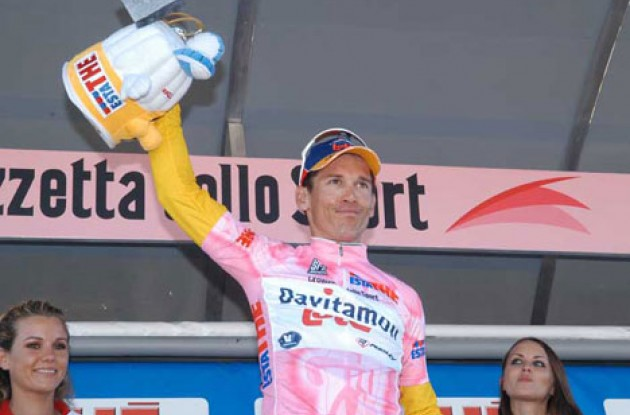 McEwen on the podium wearing the Maglia Rosa. Photo copyright Fotoreporter Sirotti.