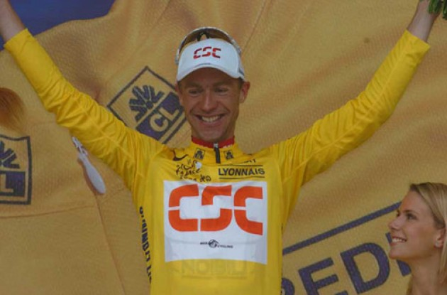 Jens Voigt in yellow. Photo copyright Fotoreporter Sirotti.