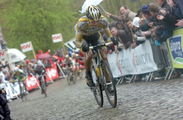 Boasson Hagen powers away from his enemies on the wet European pavés.