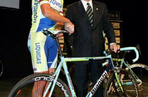 Two bosses shake hands. I'll do the riding, you'll do the writing. Photo copyright Roadcycling.com.