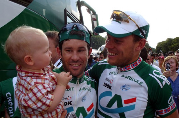 Thor Hushovd with leadout man Julian Dean and Dean's son Tanner. Photo copyright Roadcycling.com.