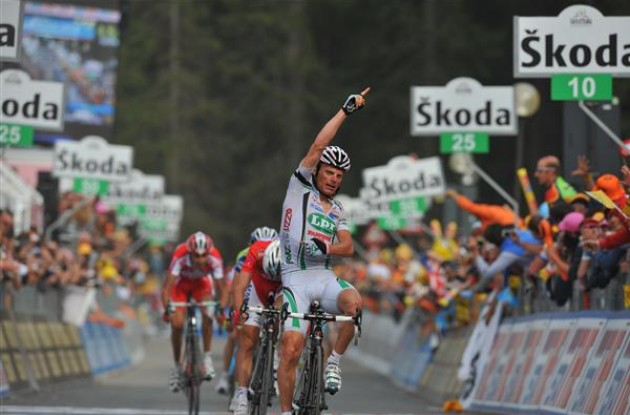 Di Luca takes the stage win. Photo copyright Fotoreporter Sirotti.
