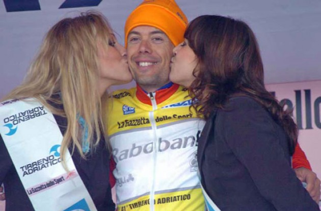 Oscar Freire on the podium with two carefully selected podium girls. Photo copyright Fotoreporter Sirotti.