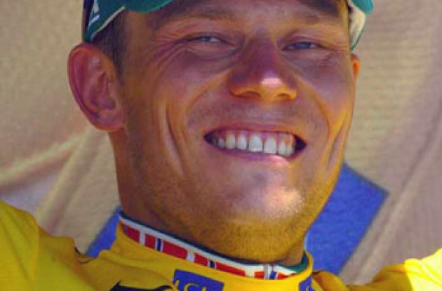 2006 Tour de France leader Thor Hushovd on the podium in the yellow jersey. Photo copyright Fotoreporter Sirotti.