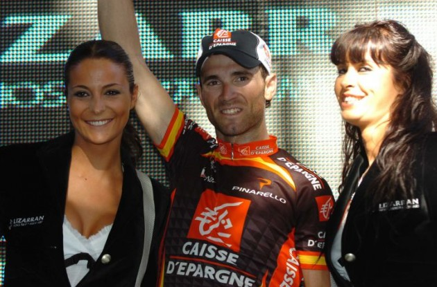 Valverde on the podium with two great bomboncitos ... ehh ... podium girls.