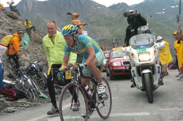 Vinokourov climbs. Photo copyright Fotoreporter Sirotti.