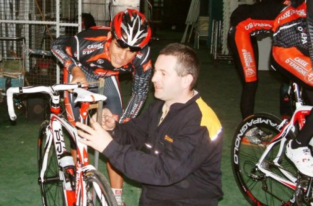 Amador gets his bike fit optimized by Team Caisse d'Epargne mechanic Fernando.