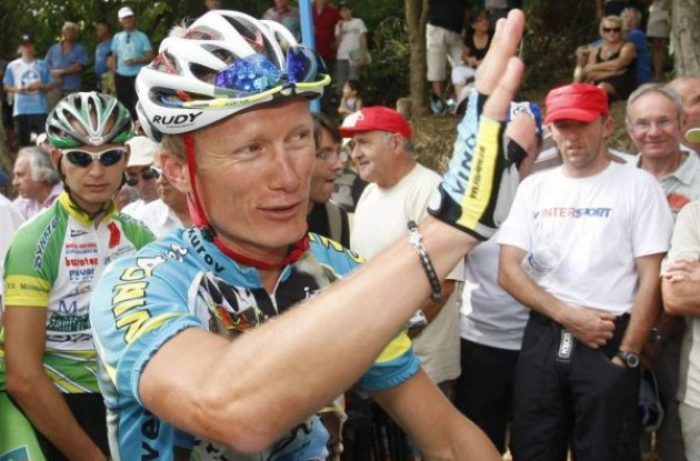 Alexander Vinokourov of Kazakhstan, who was sacked from the Astana team after he tested positive for blood doping in the 2007 Tour de France, waves to supporters as he returns to cycling after a two-year doping ban at Castillon la Bataille, August 4, 2009. Reuters.