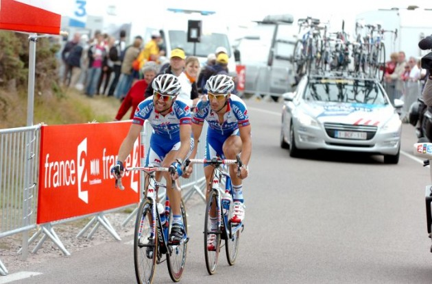 Addy Engels pulls Tom Boonen in loyal manner. Photo Fotoreporter Sirotti.