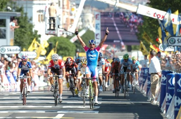 Alessandro Petacchi (Team Lampre) wins stage 1 of the 2010 Tour de France. Photo copyright Fotoreporter Sirotti.