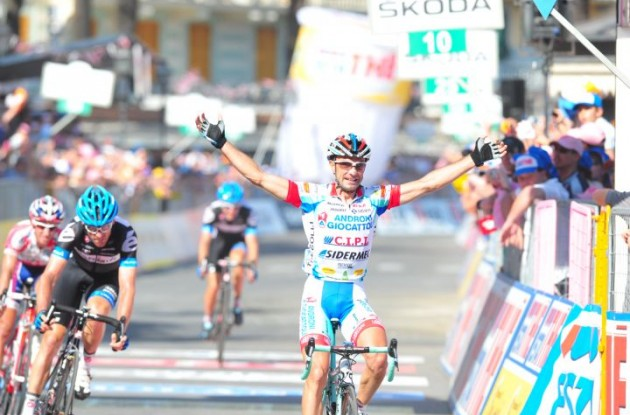 Angel Vicioso wins stage 3 ahead of David Millar who takes the overall lead in the 2011 Giro d'Italia. Photo Fotoreporter Sirotti.