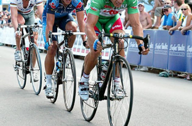 Robbie McEwen gives it all he's got in the breakaway group. David Magahy - www.goldcoastphotography.com