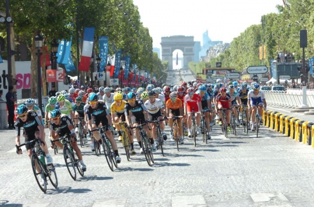 Team Sky Procycling's Bradley Wiggins reaches the Champs Elysees in Paris wearing the yellow jersey. Photo Fotoreporter Sirotti.