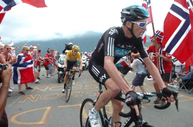 Christopher Froome leads Bradley Wiggins up the climb. Photo Fotoreporter Sirotti.