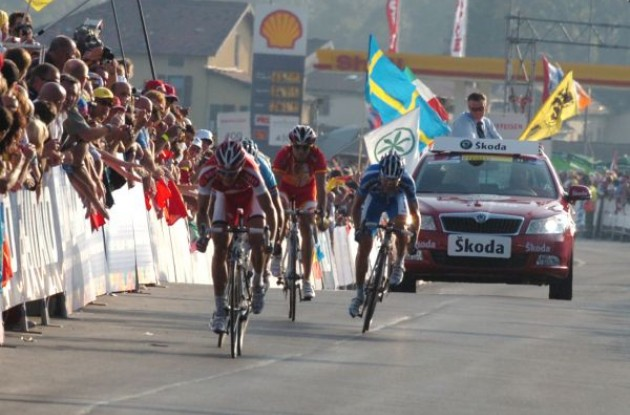 Matti Breschel, Alejandro Valverde and Damiano Cunego sprint. Photo copyright Fotoreporter Sirotti.